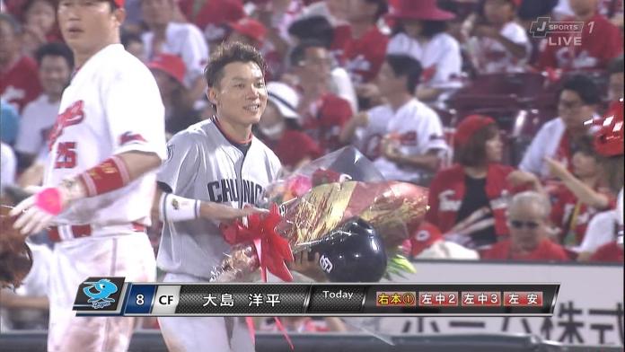 【悲報】新井さん、自分の300号ホームランの為に用意されてた花束を大島に奪われる