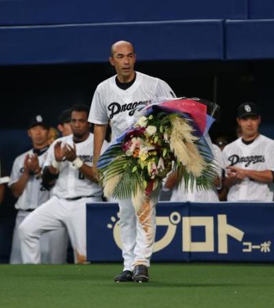 【中日】和田一浩、最終打席終了 谷繁も涙