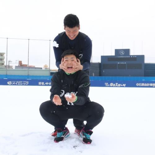 【朗報】中日ドラ1小笠原くん、雪で遊ぶ