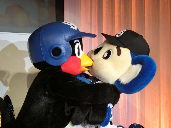 つば九郎とドアラ、ディナーショーでキスしていた