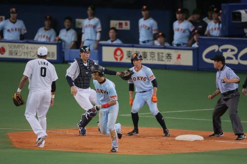 ジャイアンツ立岡、鈴木が3塁に入ると勘違いしたか2塁に帰ってアウト