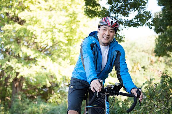 山本昌、自転車ではしゃぐ